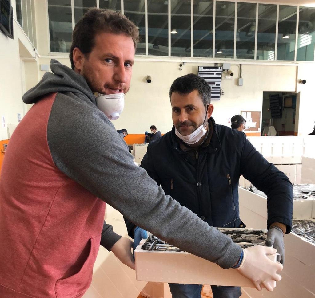Donación de la Cofradía de Pescadores de Punta Umbría para que la reparta el Ayuntamiento de Cartaya entre las familias más desfavorecidas.